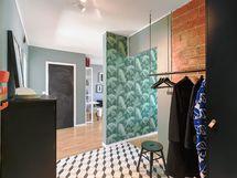 kuva eteisestä/keittiön seinään ja olohuoneeseen