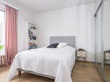 Liukuovikaapistot molemmissa makuuhuoneissa/ Spegelskjutdörrar i skåpen i båda sovrummen