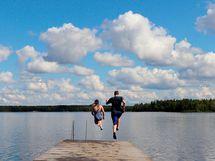 Hervantajärven läheisyydestä löytyy uimaranta ja luontoreittejä.