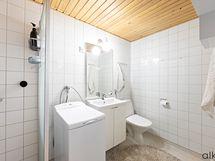 Pesutilat ja wc kätevästi samassa tilassa