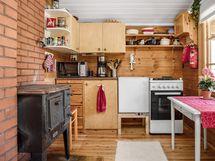 Keittiössä uudehkot kaasujääkaappi ja kaasuhella