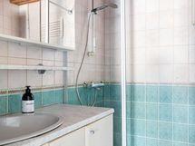 Tilavassa kylpyhuoneessa on hyvin tilaa myös pyykkihuollolle.