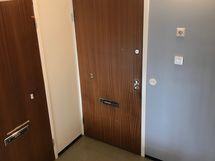 Kuva huoneiston sisäänkäynti porraskäytävästä