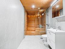 Kylpyhuone, sauna ja wc. Paikka myös pesutornille.