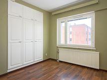Molempien makuuhuoneiden ovissa lukot eri avaimella.