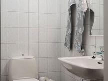 Yläkerrassa oma erillinen wc - samoin alakerrassa