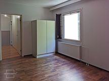 Päämakuuhuone kaapistoilta päin kuvattuna