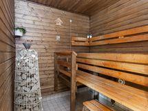 Sauna lämpiää sähkökiukaalla