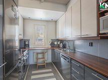 Modernissa, kompaktin kokoisessa keittiössä on kaikki tarpeellinen kohdallaan.