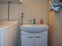 erillinen wc jossa pesukonepaikka