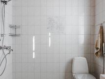 Kylpyhuone, jossa alakerran toinen wc.
