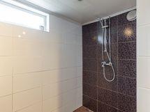 Pesuhuoneessa on kaksi suihkua