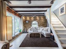 Olohuone, josta käynti terassille
