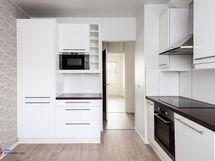 Keittiössä on integroidut kodinkoneet