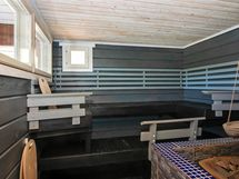 Ikkunallinen, ihanan iso sauna.