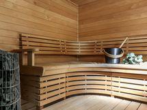 Upea sauna näyttävällä kiukaalla