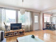 Keittiö ja olohuone ovat yhteydessä toisiinsa ja tilasta on käynti terassille