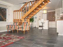 Alakerrassa keittiö ja olohuone yhtenäistä tilaa