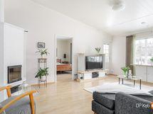 Olohuoneessa ja keittiössä on korotettu sisäkatto