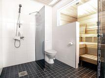 Kylpyhuone on kauniin ajattomasti remontoitu kauttaaltaan 2013.