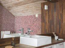 Yläkerran kylpyhuone on tilava ja värimaailmaltaan ihastuttavan erilainen.