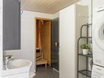 Kylpyhuone on remontoitu v. 2018 tehdyn linjasaneerauksen yhteydessä.
