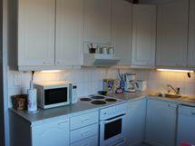 Keittiö sijaitsee 1. makuuhuonen vieressä.