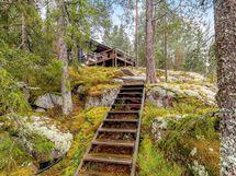 Kallioiselle rinteelle rakennettu portaat alas