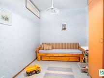 Väliseinän rakentamisen jälkeen syntynyt makuuhuone.