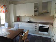 isomman asunnon keittiö B