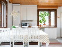 Tilava vaalea ja valoisa keittiö