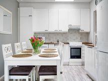 Kaunis vaaleasävyinen keittiö.