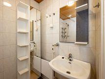 Pesuhuone / wc, pesukoneliitännät nurkassa ja lisäksi erillinen pyykkikonetila