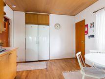 Keittiössä iso jääkaappipakastinyhdistelmä ja käynti (oik.) mm. 2.eteiseen,ph +kh+saunaan.