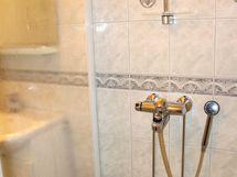 Suihkutila rajautuu muusta tilasta suihkuseinän avulla.