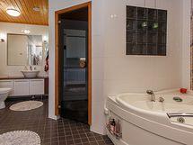 Kylpyhuoneessa asunnon toinen wc