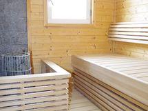 saunassa pilarikiuas, siistit lauteet ja tuuletusi