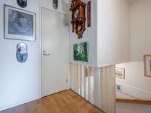 yläkerran aula ja vaatehuoneen ovi