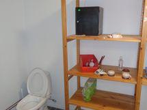 WC liiketilan perällä.