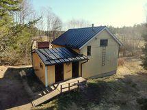 Omakotitaloon on tehty vastikään kattoremontti.