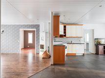 Näkymä olohuoneeseen ja keittiöön