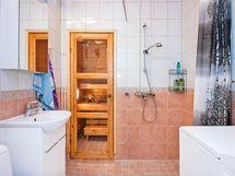 Kylpyhuoneen kalusteet on uusittu.
