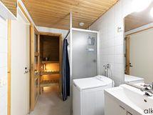 Kodin kylpyhuone on tilava