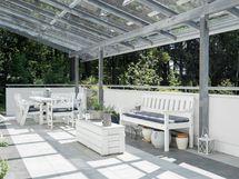 Katetulla etelän -suunnan valoisalla terassilla voi istua isollakin joukolla iltaa ja grillailla.