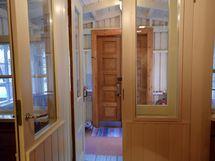 Eteinen, josta käynnit jakautuvat eri huoneisiin. Upeat korkeat ovet.