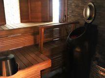 Sauna asuinrakennuksessa kahdella kiukaalla