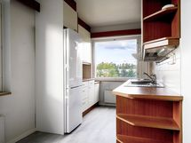 Siisti keittiö, missä hyvin työskentely ja laskutilaa.