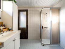 Kylpyhuone ja käynti takapihan terassille