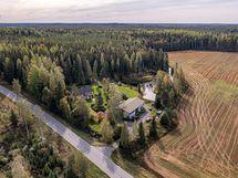 Ilmakuvaa alueesta, tontilla on paljon kotitarvekäyttöön olevaa puustoa.