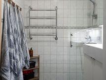 Yläkerran kylpyhuone lähellä makuuhuoneita